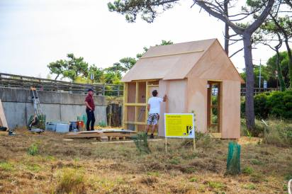 onstruction de Untitled Project : Replica (Thoreau's Cabin) de Conrad Bakker dans le parc Izadia